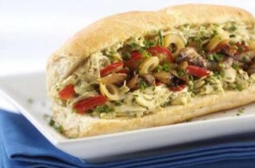 Baguette de pollo , pimientos, champignones y mayonesa de olivas