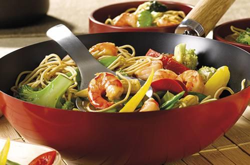 Wok de nouilles aux gambas et légumes