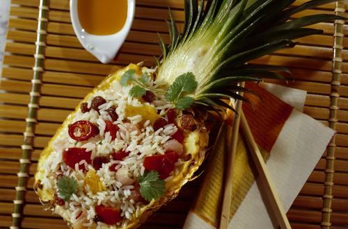 Gebratener_Reis_mit_Peperoni,_Shrimps_und_Korinthen_in_Ananas
