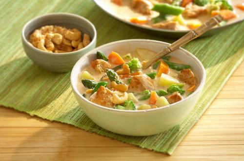 Buntes_Spargel-Curry_mit_Karotten,_Kartoffeln_und_Huehnchen