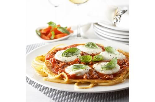 Pizza pâtes au haché, mozzarella et basilic