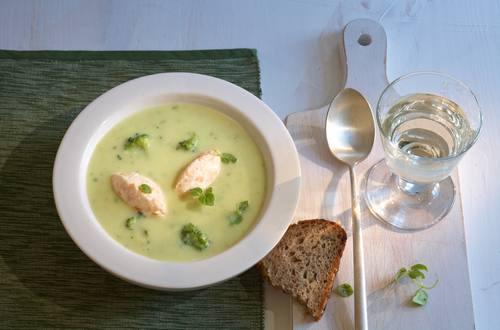 Blumenkohl-Broccoli-Suppe mit Lachsnocken