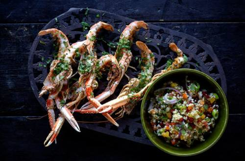 Gegrilde langoustines met munt, koriander en Marokkaanse salade met gierst