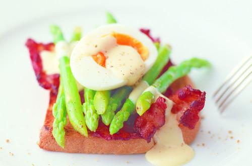 Toast mit grünem Spargel, Speck und Ei