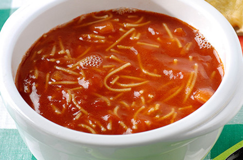 Tomatensoep met letter vermicelli en warme pizzabroodjes
