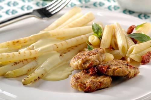 Asperges grillées, petits burgers de poulet, tomates séchées et salade de pâtes