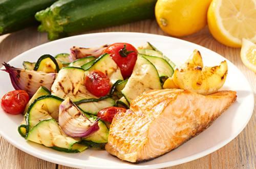 Geroosterde zalm met gemengde groenten