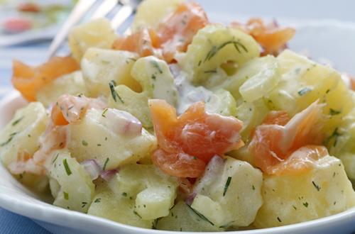 Salade de pommes de terre au saumon fumé, au céleri et aux fines herbes