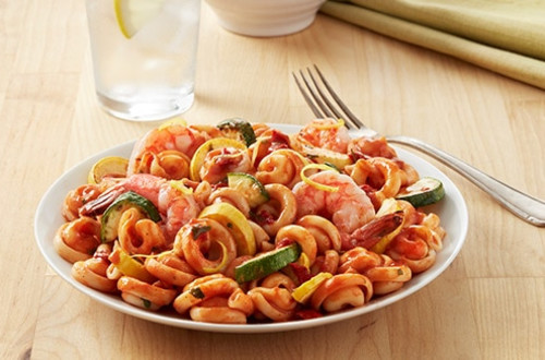 Camarones con tomate y albahaca