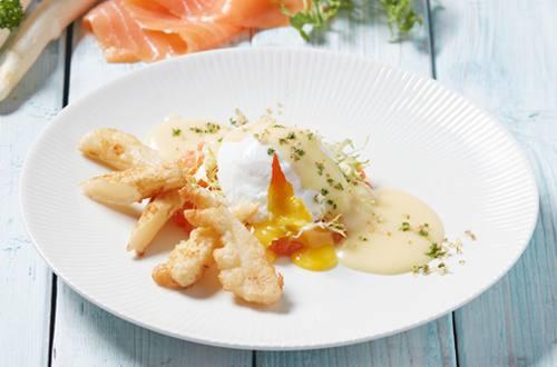Gerookte zalm met gepocheerd ei, asperge tempura en aspergesaus