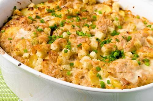 Картофельная запеканка с тунцом и сухариками
