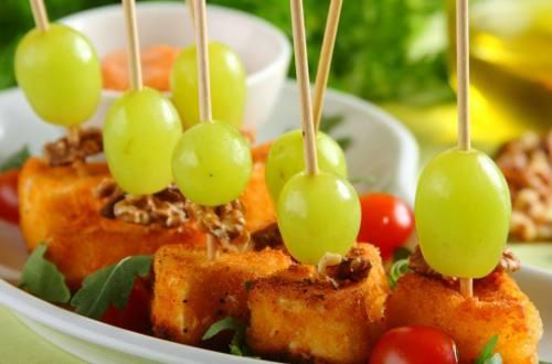Камамбер с орехами и виноградом