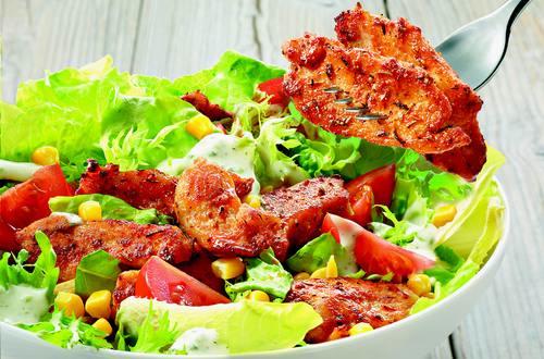 Bunter Salat mit Paprika-Hähnchen