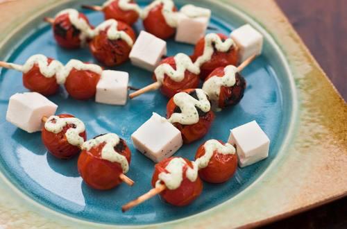 Brochetas de tomate cherry a la plancha con aderezo de albahaca