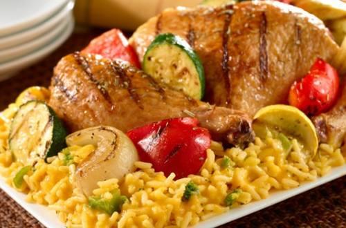 Poulet grillé et légumes sur lit de riz