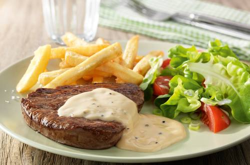 Steak met Pepersaus, gemengde salade en frietjes