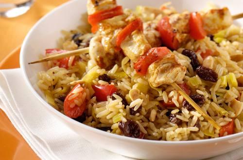 Riz aromatique aux raisins secs et aux amandes, brochettes de poule