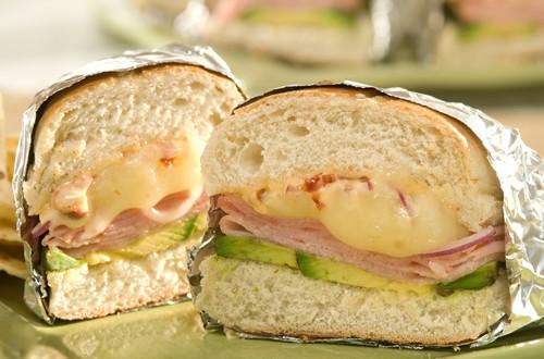 Sándwiches de jamón y queso tostados