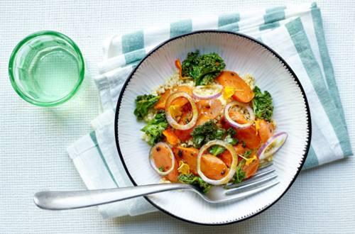 Oosterse lauwe salade met gierst, ovengeroosterde wortel en boerenkool