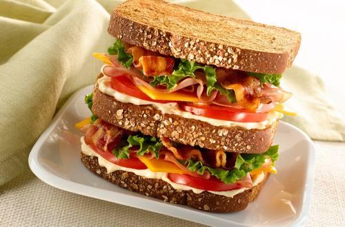 Sándwich triple de jamón en miel y cheddar