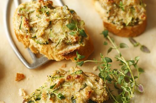 Frischkaese-Crostini_mit_Zucchini_und_Nuessen