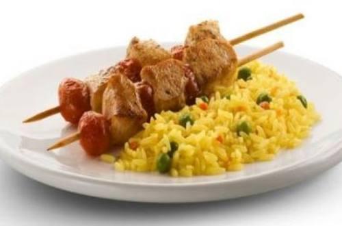 Brochettes  de pollo y arroz primavera knorr