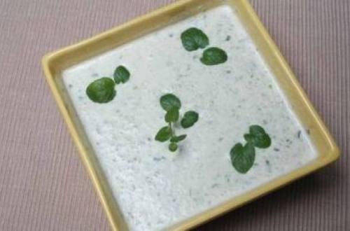 Sopa helada de pepinos con yogur y menta