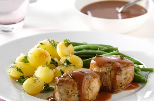 Filets mignon de porc au romarin, sauce au vin rouge