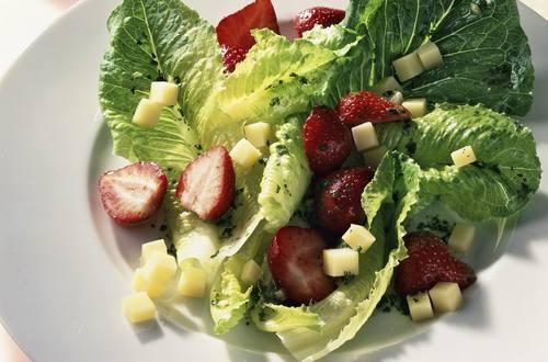 Römersalat mit Erdbeeren