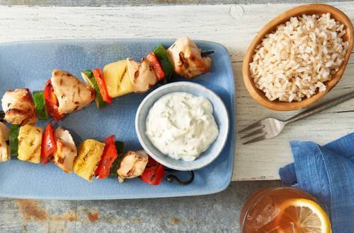 Brochetas de pollo, cilantro, limón y piña