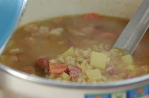 Суп с перловкой и копченой рулькой