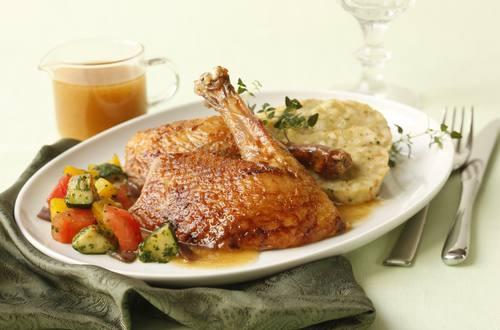 Ente mit Kräuter-Semmelfüllung und mediterranem Gemüse
