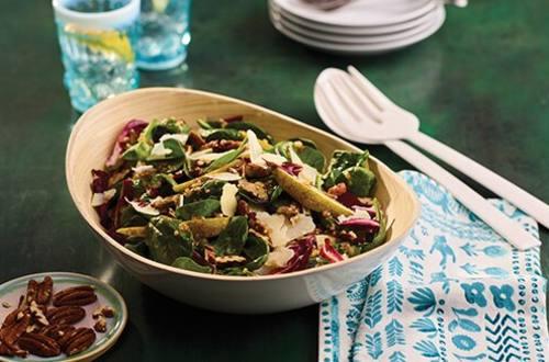 Salade D'épinards, De Radicchio Et De Poire À La Vinaigrette Chaude