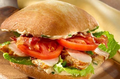 Sándwich de tocino, lechuga, tomate y pollo con aceto balsámico