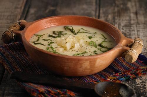 Sopa crema de  queso, albahaca y queso de oveja