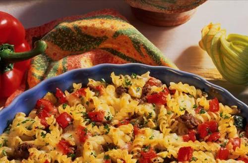 Knorr - Rustikaler Nudelauflauf mit Zucchini, Paprika und Faschiertem