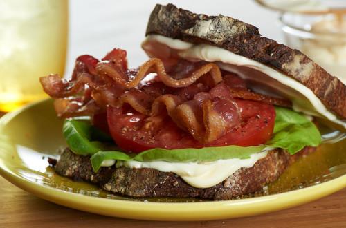 Sándwich clásico de lechuga, tomate y tocino
