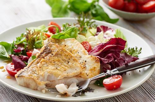 Snoekbaarsfilet met gemengde salade