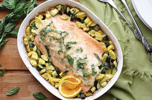 Saumon grillé garni de chair de crabe