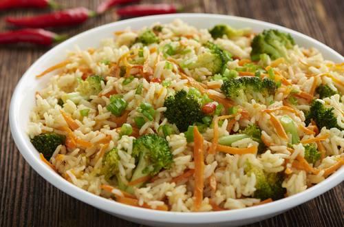 Würzige Reispfanne mit Broccoli und Karotten
