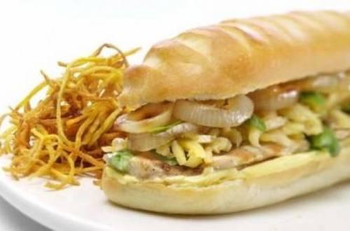 Sándwich caliente de pollo con cebolla grillada y queso gruyere