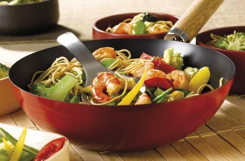 Wok met garnalen met noedels en groenten