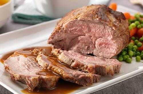 Varkensgebraad in de oven met erwtjes en wortelen