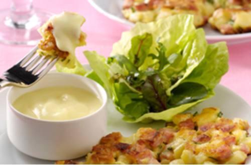 Aspergekoekjes met ham en kruiden en gemengde salade