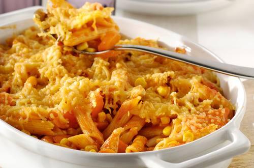 Pâtes au four avec du poulet, des carottes et du maïs