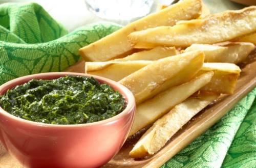 Yuca frita con salsa de chimichurri