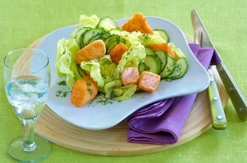 Senffisch auf Kopfsalat