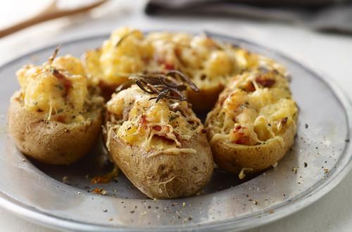 Doppelt gebackene Kartoffeln mit Carbonara-Füllung