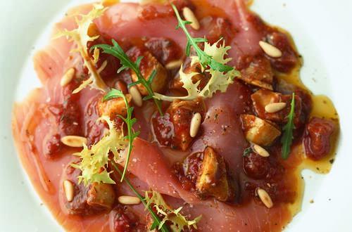 Lachscarpaccio_mit_Tomaten-Artischocken-Vinaigrette