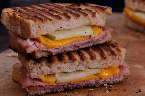 Sandwiches tostados de jamón y queso